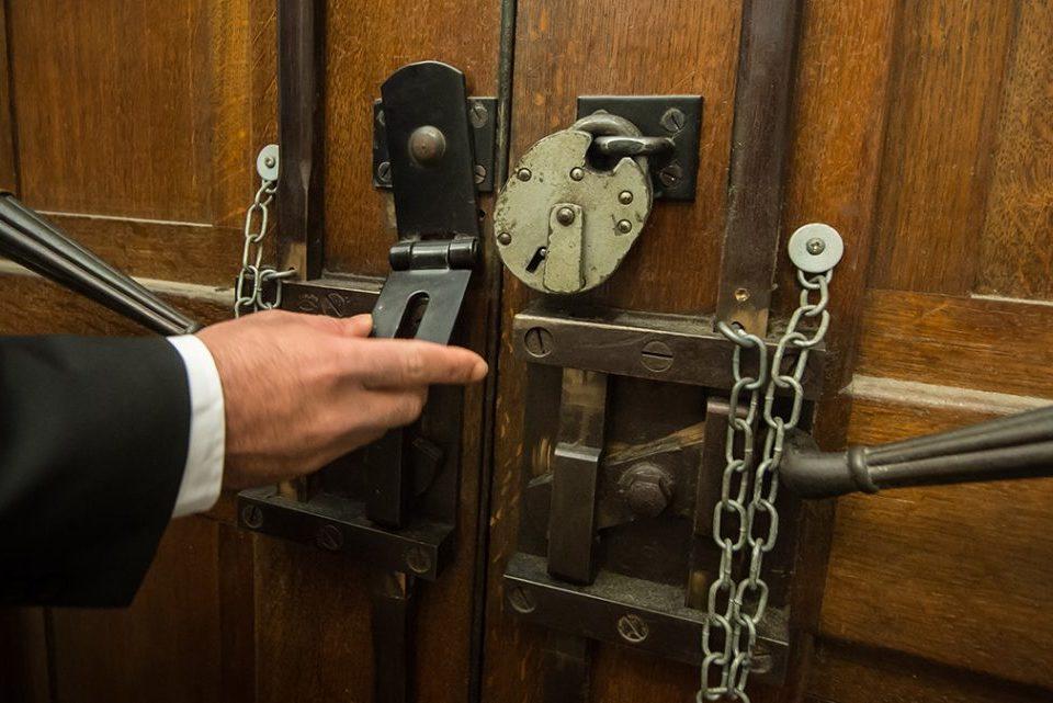 Zamknięte drzwi kościoła